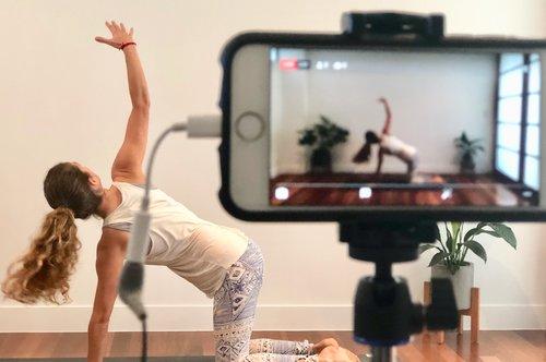 Aulas de ioga online são excelentes exemplos de monetização de vídeos